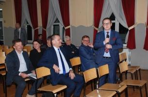 Zakończenie uroczystości w OSP w Szczekocinach - dyskusja: przy mikrofonie burmistrz Szczekocin Jacek Lipca (z wykształcenia historyk).