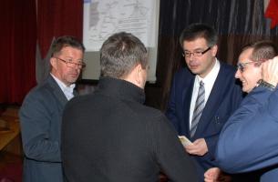 Zakończenie uroczystości w OSP w Szczekocinach - dyskusja w kuluarach - od lewej: Andrzej Orliński (członek SMHSiO), Marek Gradoń (prezes SMHSiO), Adam W. Gorycki, Jacek Lipa (burmistrz Szczekocin).
