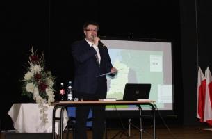 Uroczystość w MDK w Przedborzu - Adam W. Gorycki wita przybyłych i relacjonuje przebieg wczorajszych uroczystości w Szczekocinach.