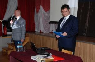 Uroczystość w OSP w Szczekocinach - po lewej: dyrektor MGOKiS Przemysław Baranowski wita przybyłych, po prawej: inicjator uroczystości i prelegent Adam W. Gorycki z Kielc.