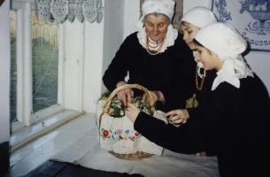 kadr z filmu Zwyczaje i obrzędy doroczne w Sieradzkiem