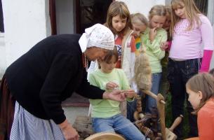 Nauka przędenia na podwórku p. Bednarek- pr. Krzesiwo