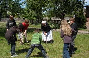 Zabawy pastwiskowe na podwórku p. Bednarek  - pr. Krzesiwo